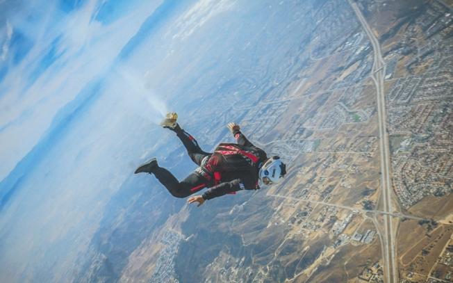 高空飛翔中的小丁。(取材自華西都市報)