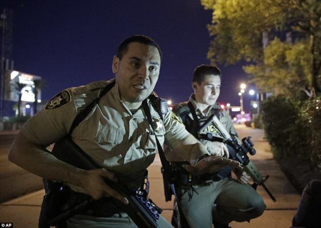 賭場警方1日晚趕赴槍擊案現場。(美聯社)
