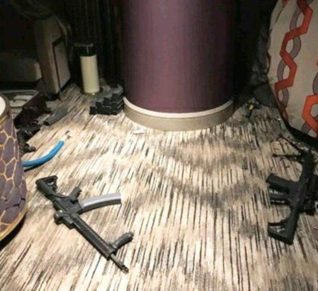 各大網路3日出現流洩出來的槍手帕多克在旅館作案現場的槍枝照片。(取自網路)