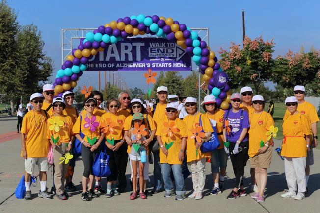 橙縣失智症協會在橙縣大公園舉辦健行籌款活動,首度出現華人社團隊伍。(爾灣銀髮族口琴隊提供)
