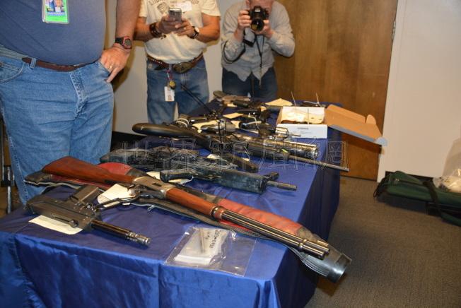 洛杉磯和聯邦執法單位過去展示非法攻擊型槍枝,一旦落入罪犯之手危害極大。(記者丁曙/攝影)