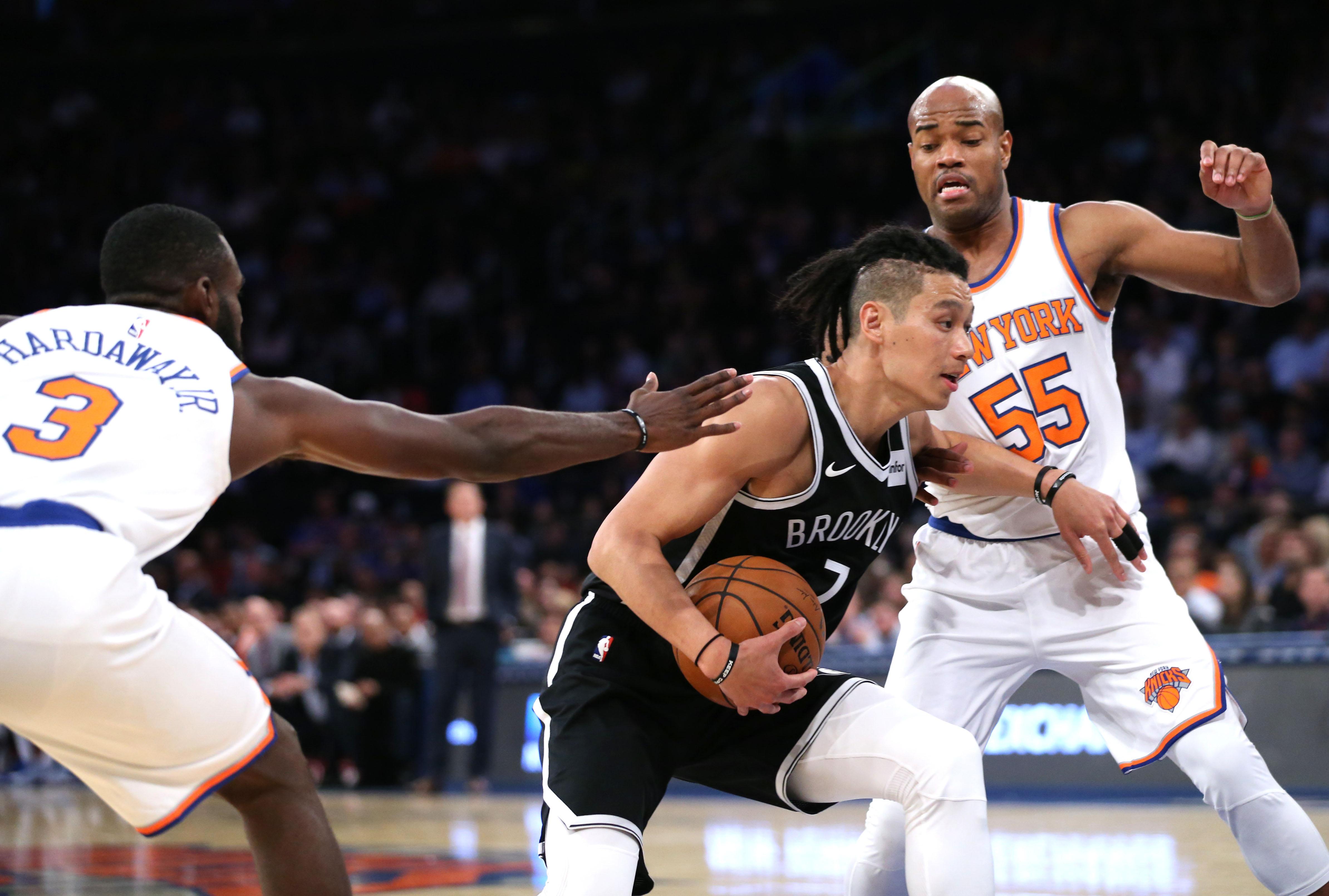 林書豪頂著雷鬼辮髮型,日前於季前賽對戰紐約尼克隊。(取自USA TODAY Sports)