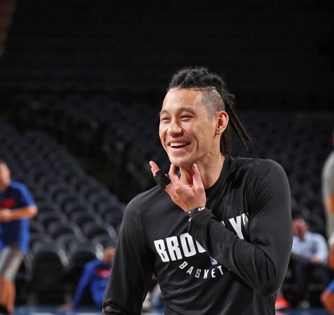 林書豪頂著雷鬼辮髮型,日前於季前賽對戰紐約尼克隊。(Getty Images)