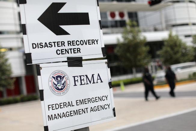 FEMA不接災民電話,而會主動打電話給災民。(路透)