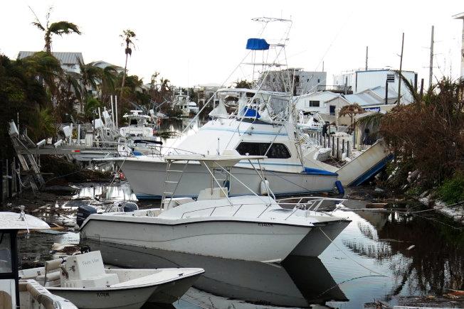 厄瑪颶風對停在海灣裡的船造成傷害。(路透)