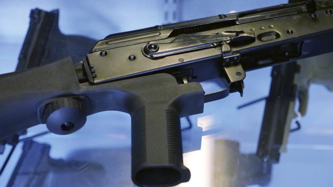 一把半自動步槍若裝上「撞火槍托」,可以增加射速,圖為換上撞火槍托的武器。(美聯社)