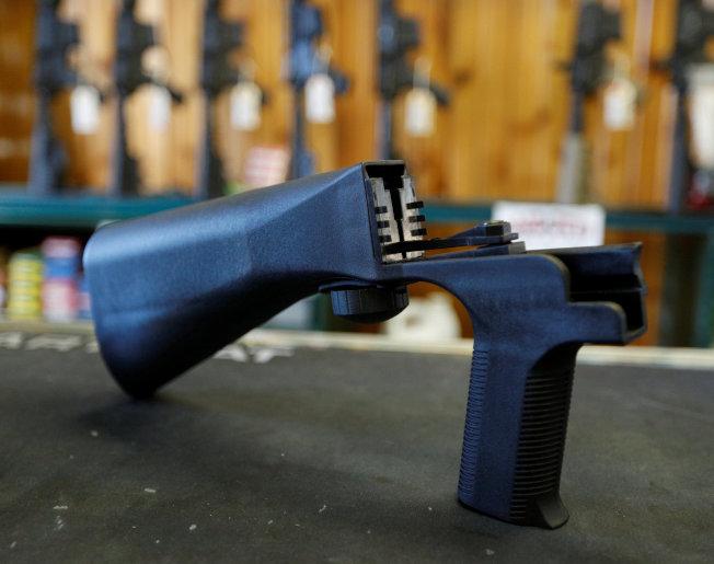 一把半自動步槍若裝上「撞火槍托」,可以增加射速,圖為槍店展示撞火槍托。(路透)