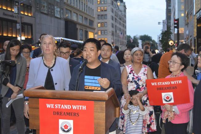 韓裔夢想生Toni Choi表示原本不知何時要被遣返,有了DACA才敢買鏟雪工具,呼籲國會通過夢想法案。(記者俞姝含/攝影)