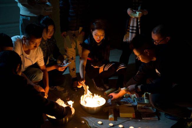 點蠟燭、燒紙錢、放天燈,友人為Angela舉辦頭七追思儀式,希望警方盡快將肇事兇手緝拿歸案。(友人提供)