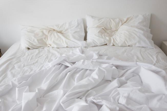專家表示,摺棉被的正確做法是起床後,應將棉被翻面鋪放或掛在椅子上,約過一小時後再摺。(Getty Images)