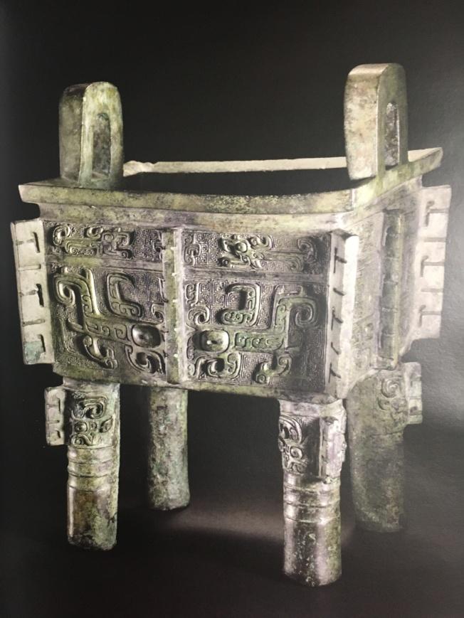 紐約佳士得9月14日「中國瓷器及工藝精品」專場拍賣,封面目錄主打拍品為一件青銅重器—商晚期亞矣方鼎,成交價337萬2500元。(記者曾慧燕/攝影)