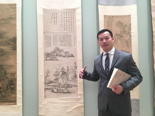 紐約蘇富比副董事、中國古代書畫專家兼業務主管方獻,在拍賣前,就十分看好清代畫家王翬水墨畫作《仿倪瓚山水》。成交價85萬2500元,為全場最高。(記者曾慧燕/攝影)
