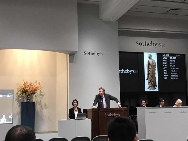 蘇富比拍賣,佛像木雕受歡迎。(記者曾慧燕/攝影)