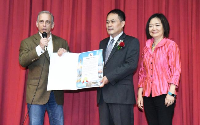 哈瑞斯縣縣長Ed Emmett委由代表致贈賀狀。