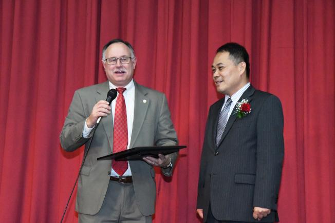 休士頓市議員Mike Laster(左)帶來休士頓市長賀狀。