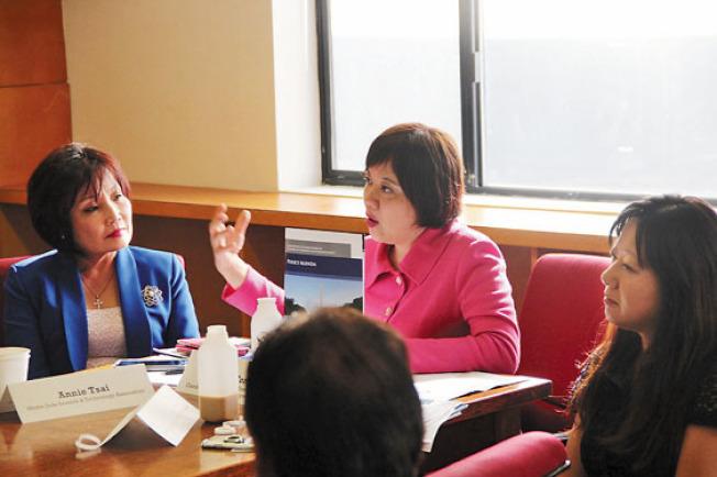 董繼玲(中)推出的「政策議程」報告,為亞裔爭取更好的營商機遇。(記者李晗/攝影)