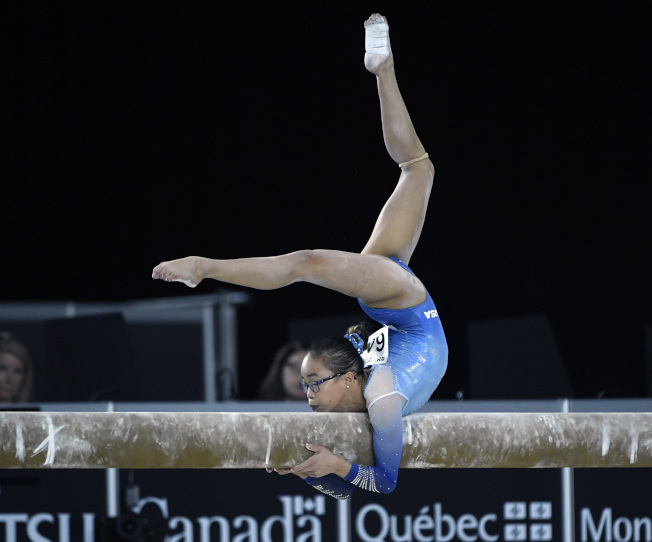 夏松4日在體操世錦賽女子全能決賽中的優美姿態,最終奪冠。(今日美國報)