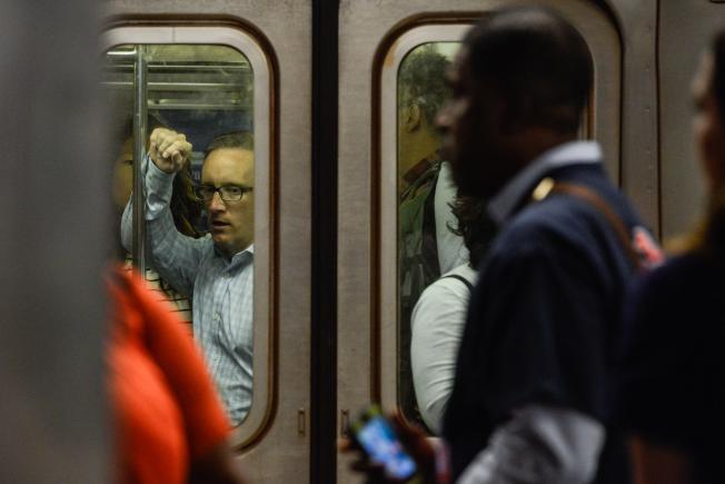 民調顯示,紐約市民寧可政府開徵百萬富翁稅為改善捷運系統籌集資金,而不是向開車進入曼哈頓的駕駛人徵收堵車費。(Getty Images)