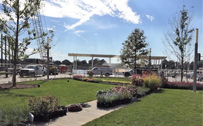 新碼頭有多處入口,這是District Wharf入口公園。(特派員許惠敏/攝影)