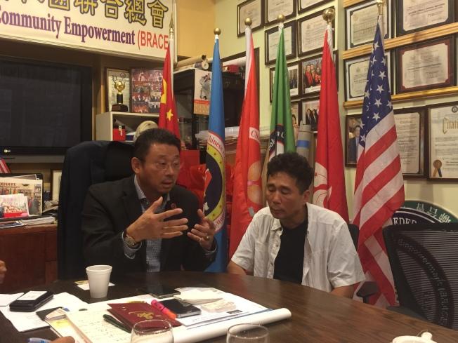死者梁凱文的父親梁國庭(右)6日到亞總會求助,希望能早日找到肇事車輛。(記者顏嘉瑩/攝影)