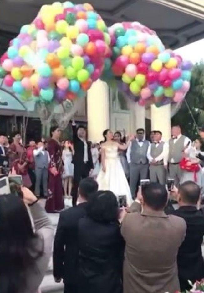 黑龍江豪華婚禮,新人在場內放氣球。 (視頻截圖)