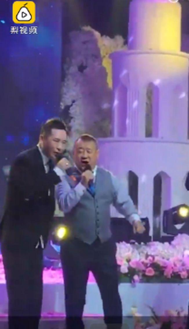 黑龍江一對新人結婚,邀香港藝人曾志偉(右)助陣。(視頻截圖)