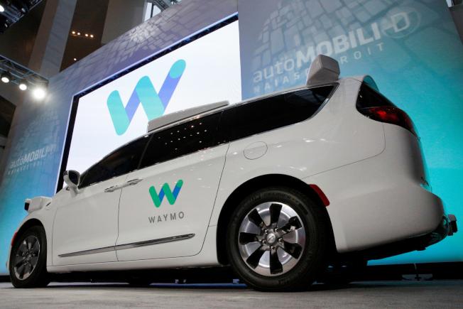 Google計畫,本月底在亞利桑納州凰凰城推出自駕車的計程車服務。圖為Google用作自駕車的克萊斯勒廂形車。(Getty Images)