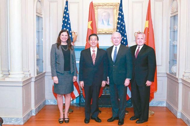 首輪「中美執法及網路安全對話」日前在華盛頓舉行。中國公安部長郭聲琨(左二)與美國司法部長塞辛斯(右二)、國土安全部代理部長杜克(左)共同。 (取自中國公安部網站)