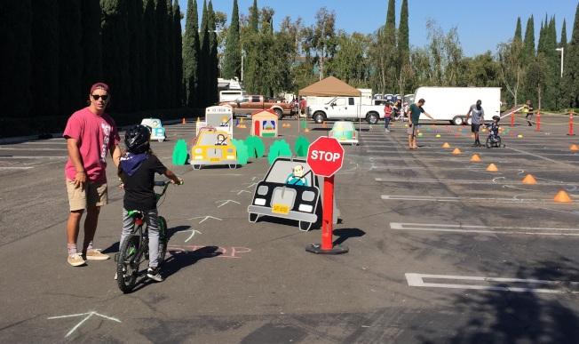 爾灣警局在停車場安排自行車安全障礙賽,向學生宣導騎車安全守則。(記者蕭迪玉/攝影)