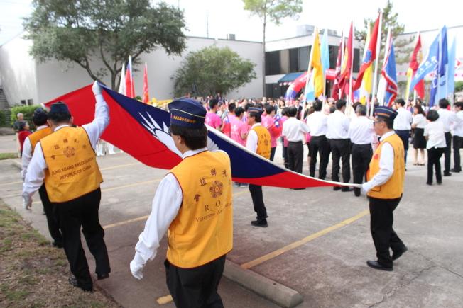 青天白日滿地紅旗幟在榮光會成員護旗下進場。(記者郭宗岳/攝影)