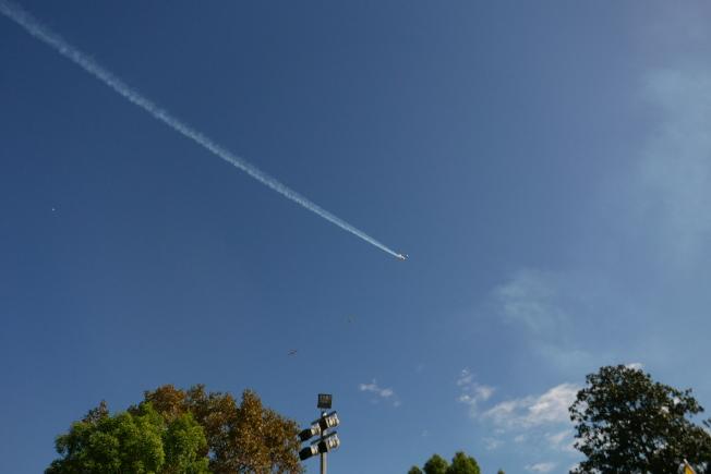飛機分列式安排環節「Missing Man」,一架飛機直上雲霄,紀念不久前逝世的介壽號飛行員應天華。(記者李雪/攝影)