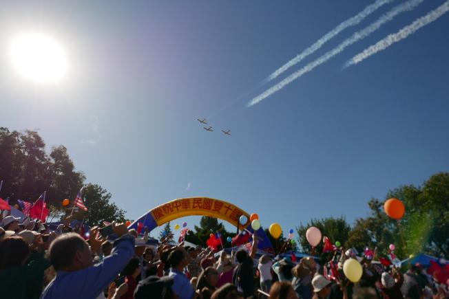 三架「介壽號」飛過巴恩斯公園上空。(記者李雪/攝影)