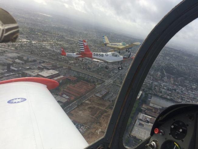 2015年蒙市雙十升旗典禮,四架介壽號飛越大會現場,圖中5858號機,即為應天華駕駛。(圖片取自航空歷史作家王立楨臉書)