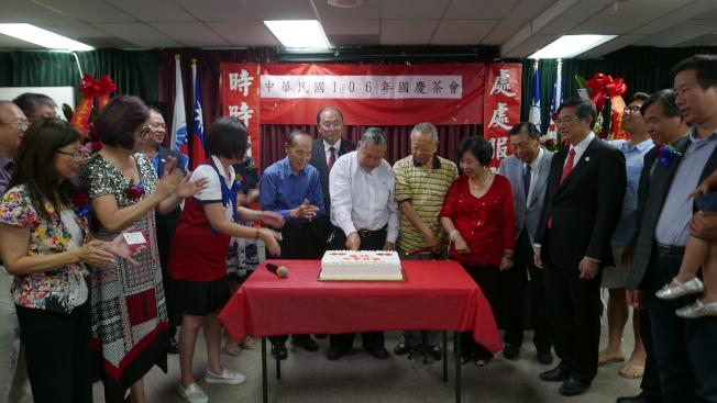 嘉賓邀請會場最年長耆老切蛋糕。(記者李雪/攝影)