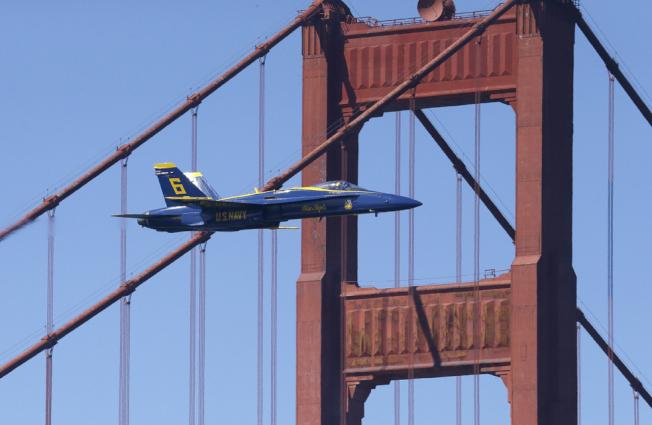 一架藍天使,低空飛過金門大橋。(美聯社)