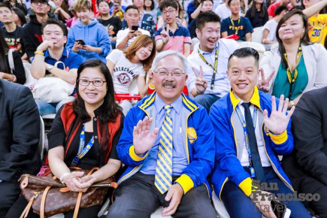 市長李孟賢( 中) 和夫人林進敏(左),以及市長副幕僚長曾超藩(右)在上海東方體育中心與中國球迷同樂。(圖片來源:舊金山市長辦公室)
