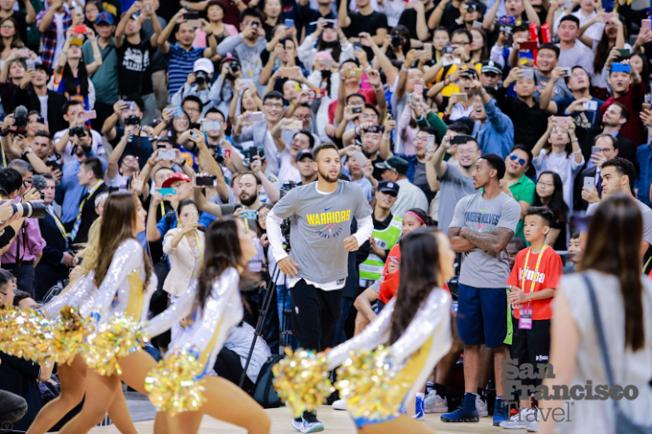 柯瑞率領勇士眾星出場引發上海球迷瘋狂吶喊。(圖片來源:舊金山市長辦公室)