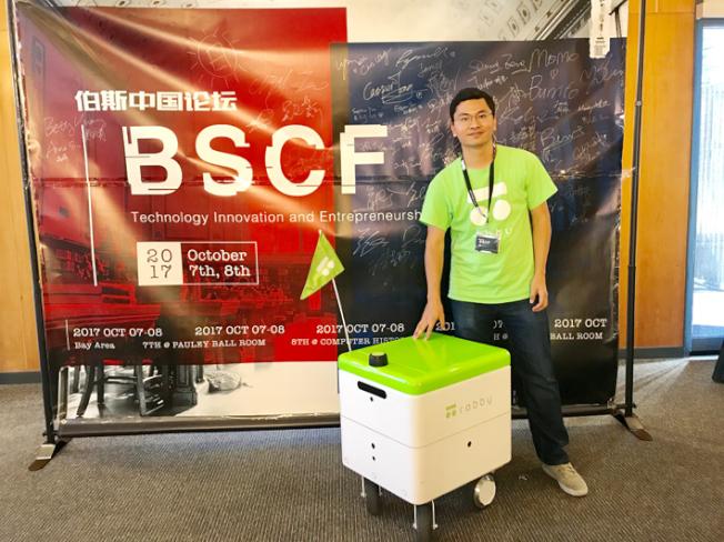 Robby科技公司執行長李瑞介紹了一款用於送餐的機器人。(記者黃少華/攝影)
