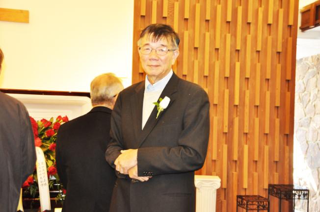 龔行憲在紀念寫冊中寫下「我和兆藹的五十年」一文,分享他與妻子相識到相戀的故事。(記者林亞歆/攝影)