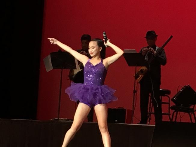 Sabrina表演唱歌。(記者王若然/攝影)