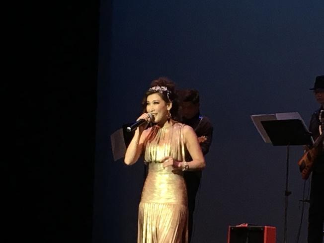 歌手伊凰在雙十國慶綜藝晚會上,演唱粵語歌曲「上海灘」。(記者王若然/攝影)