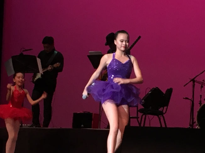 雙十國慶綜藝晚會上Sabrina表演唱歌。(記者王若然/攝影)
