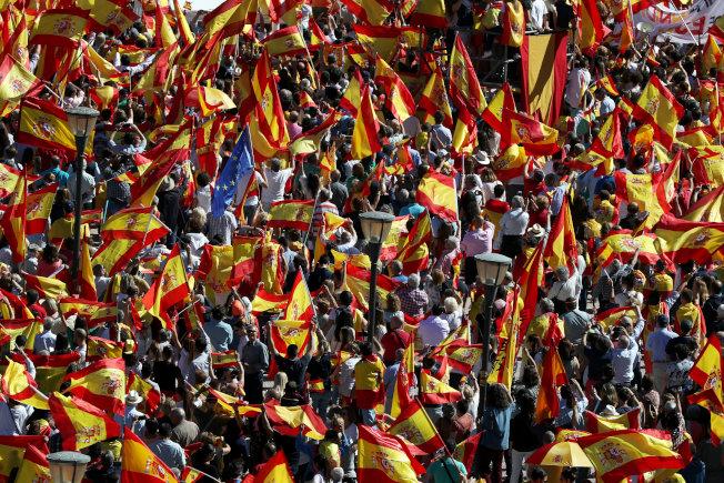 數以萬計民眾走上馬德里街頭,反對西班牙分裂。(路透)