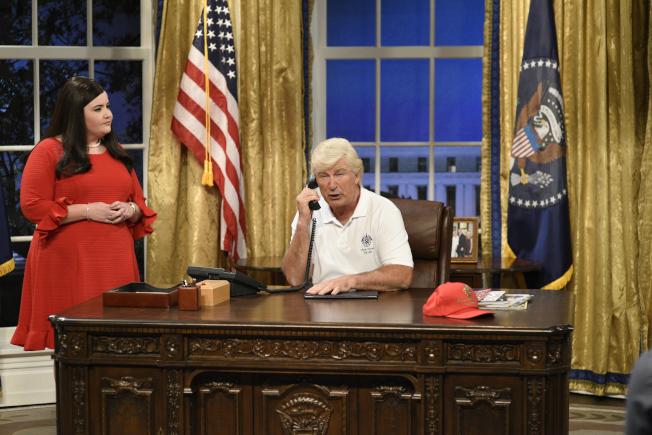 美國男星亞歷鮑德溫在美國國家廣播公司綜藝喜劇秀「週六夜現場」模仿川普總統,一旁為「白宮新聞發言人桑德斯」。(美聯社)
