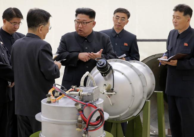川普周末砲火四射,國內外都挑起話題。他並撂話再和北韓談也不會有結果,只有一個辦法行得通,暗示會動武。圖為北韓領導人金正恩視察核武器。(美聯社)