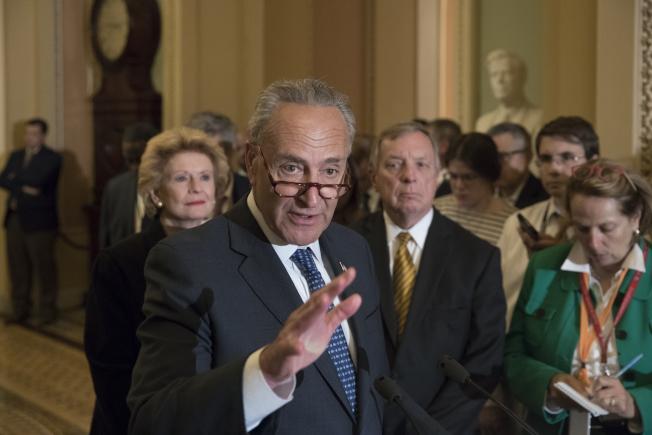 川普主動致電民主黨國會領袖舒默,尋求協商健保。(美聯社)