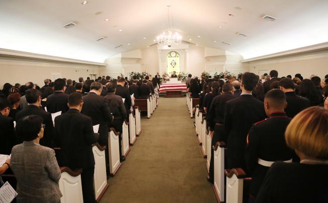 喪禮座無虛席,許多人還站在走道兩旁和教堂外。(記者張蕙燕/攝影)