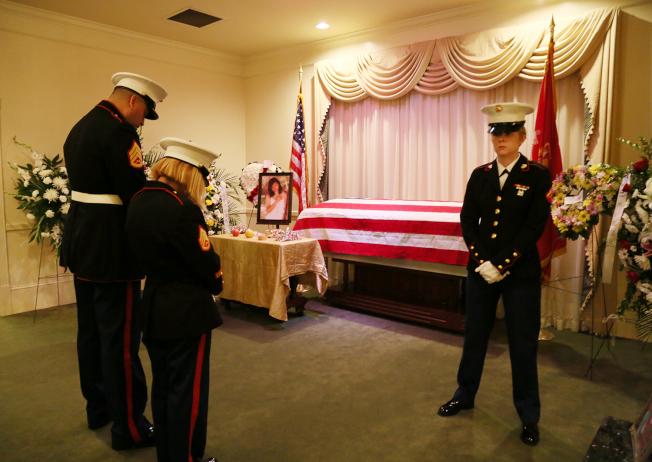 劉美芸喪禮到場的陸戰隊最高階代表是士官拉米雷斯(Ramirez,左) 。(記者張蕙燕/攝影)