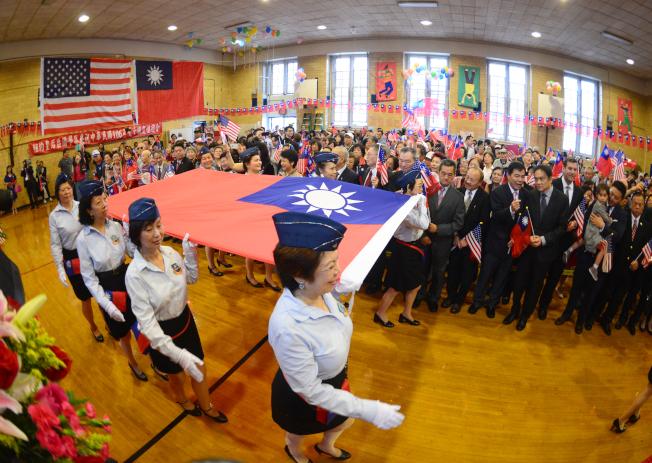 皇后區僑界7日慶祝中華民國106年雙十國慶,由空軍子弟小學大紐約區聯誼會護旗進入會場。(記者許振輝/攝影)