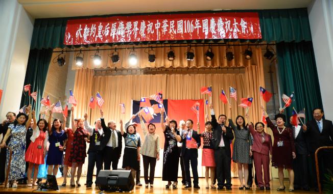 駐紐約台北經文處處長徐儷文(右十)與僑胞高唱「中華民國頌」。(記者許振輝/攝影)